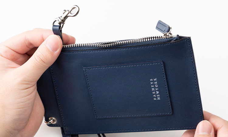 <p>《バーニーズ ニューヨーク/キーチェーン付き》<br /> ジップポケット内にはコイン、畳んだ紙幣を収納可能。キーチェーンも備わる。</p>