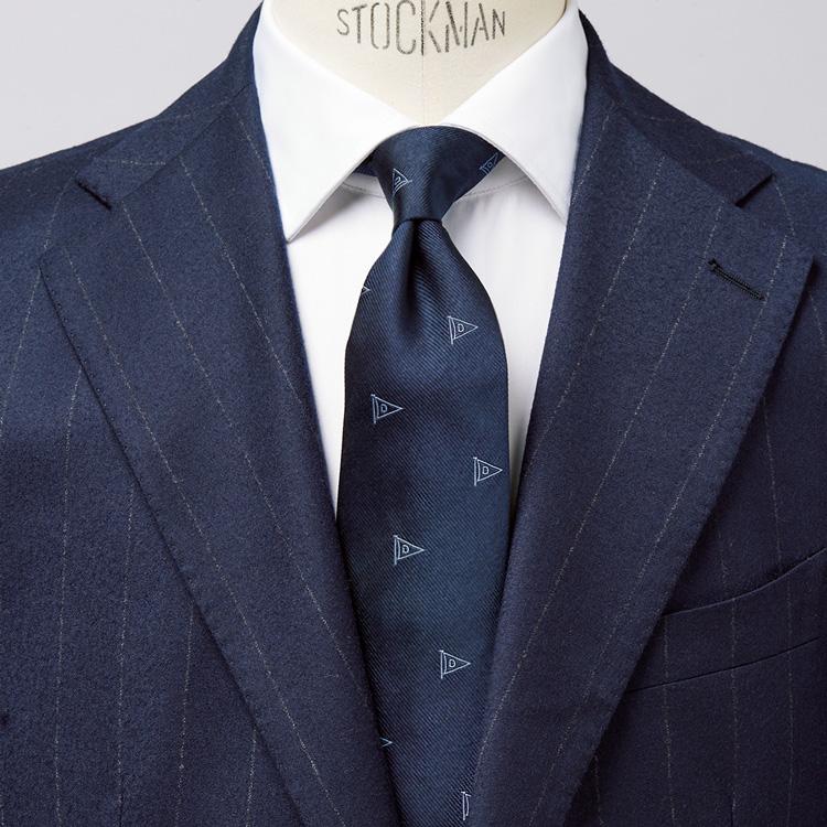 <p><strong>5位<br /> きっちりしたネイビースーツに、親近感を持たせて着るには?【1分で出来る胸元お洒落】<br /> </strong></p> <p>きっちりとした印象を与えれくれるネイビーストライプスーツ。ただ、シャープな見た目がゆえに、着方によっては堅苦しい印象になる恐れも。そんなときは、モチーフ柄のネクタイを取り入れてみるとよいだろう。写真の着こなしを見て欲しい。ネイビーストライプスーツに白シャツと貫録のある装いだが、ネクタイのフラッグモチーフがユーモラスな雰囲気を仄かに醸し出している。モチーフが会話のきっかけにもなり、親近感ある人柄が演出できるのだ。<small>(MEN'S EX 2021年1・2・3月合併号掲載)</small></p>