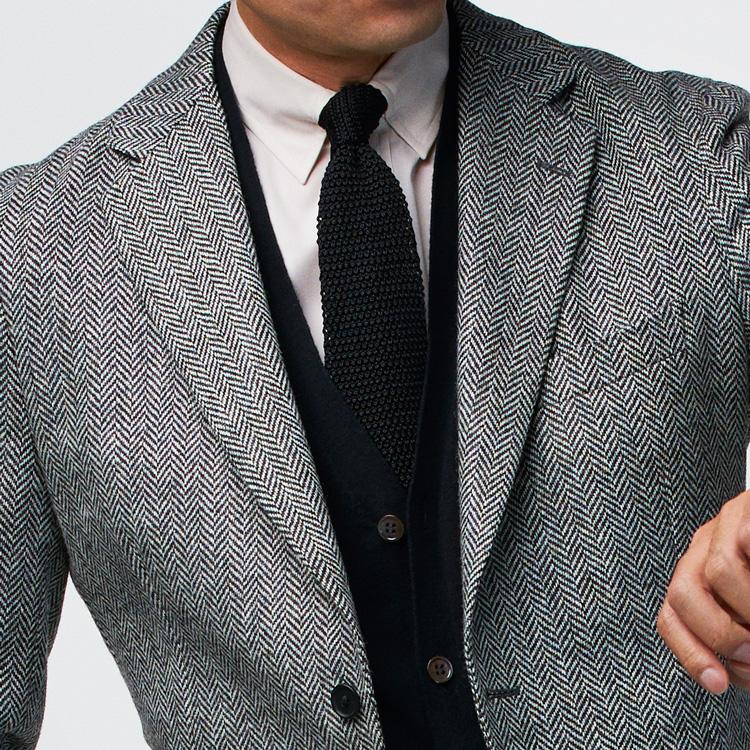 <p><strong>9位<br /> タイドアップの装いでリラックス感を演出するには【1分で出来る胸元お洒落】<br /> </strong></p> <p>いつもと同じようなシャツ&タイの組み合わせを、何か一つ取り入れるだけで印象の異なるVゾーンを作りたい。そこで、うってつけなのがカーディガンだ。こちらの写真では、グレーのジャケットに白シャツと黒のニットタイに、黒のカーディガンを合わせた、手持ちのアイテムでも今すぐできる着こなし。ニットのカーディガンがVゾーンに温もりと寛ぎ感を与えてくれる。<small>(MEN'S EX 2021年1・2・3月合併号掲載)</small></p>