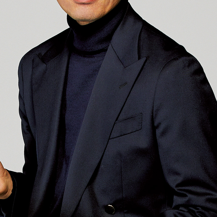 <p><strong>3位<br /> 大人らしい休日ジャケットの着こなし方は?【1分で出来る胸元お洒落】<br /> </strong></p> <p> ネクタイを締めない休日の装いが子どもっぽく見えてしまっていないだろうか。そんな装いを変えるには、同色でまとめるコーデを意識してみるといい。こちらは、ネイビーのジャケットにネイビーのタートルと同色で統一した着こなし。落ち着きのある深いネイビーで装いをまとめることで、休日も大人らしい印象に仕上がるのだ。<small>(MEN'S EX 2021年1・2・3月合併号掲載)</small></p>