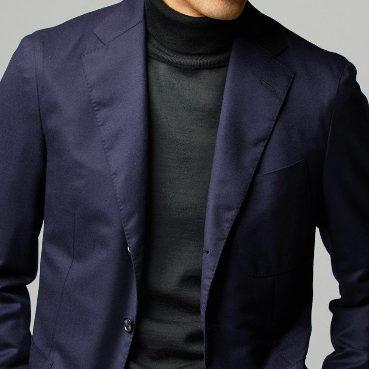 休日ジャケットの装いを、きれいめに見せるなら?【1分で出来る胸元お洒落】