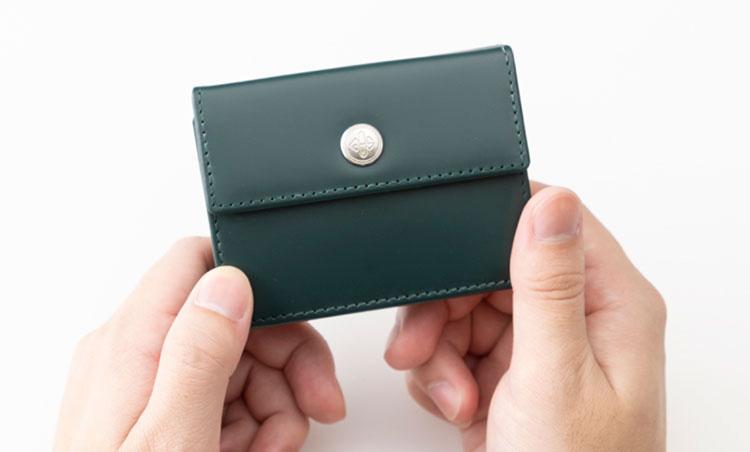 <p>《エッティンガー/サイズ感》<br /> 今回紹介する財布の中では、比較的小ぶりのサイズ。</p>