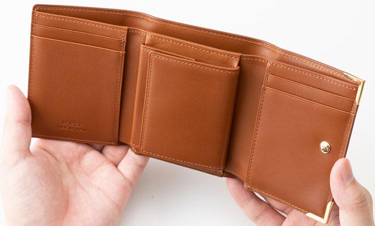 <p>《ポーター/開いたところ》<br /> コインポケットは大容量の箱マチ仕様。コインが増えがちな人に絶好だ。</p>