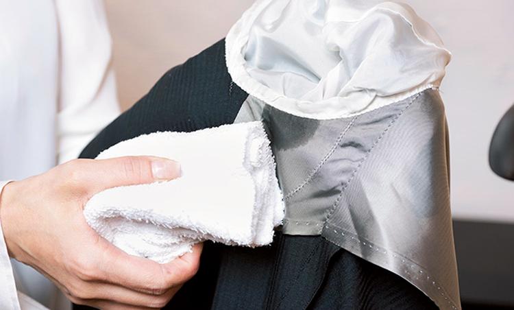 <p>汗ケアはまず裏地から。汗が染み込んだ裏地部分を水で濡らし、固く絞ったタオルで水拭き。擦らずに叩くように行うのが正解。</p>