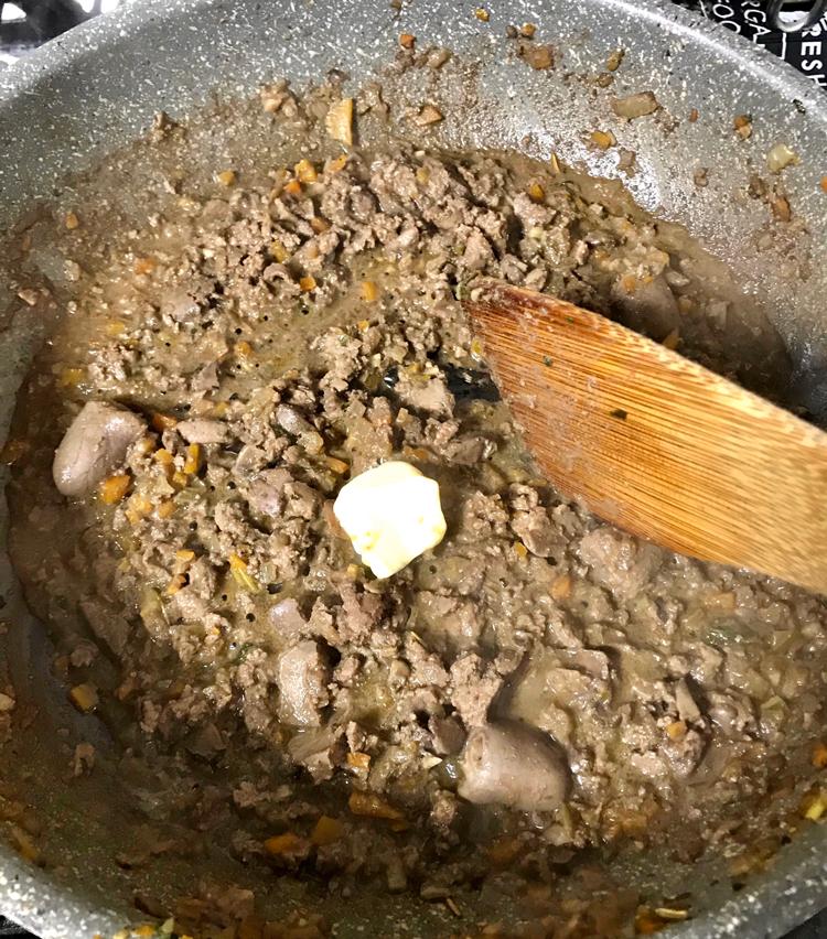 <p>10. レバーの色が変わったらバターを大さじ1入れ、全体に混ぜたら火を止める。水分が飛び過ぎないように注意。味をみて足りなければ塩胡椒をプラス。</p>