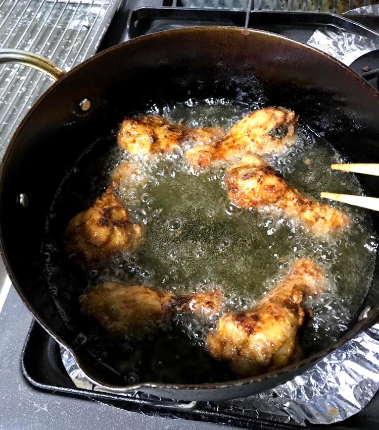 <p>6. 170°の油でからっとするまで揚げれば完成です。</p>