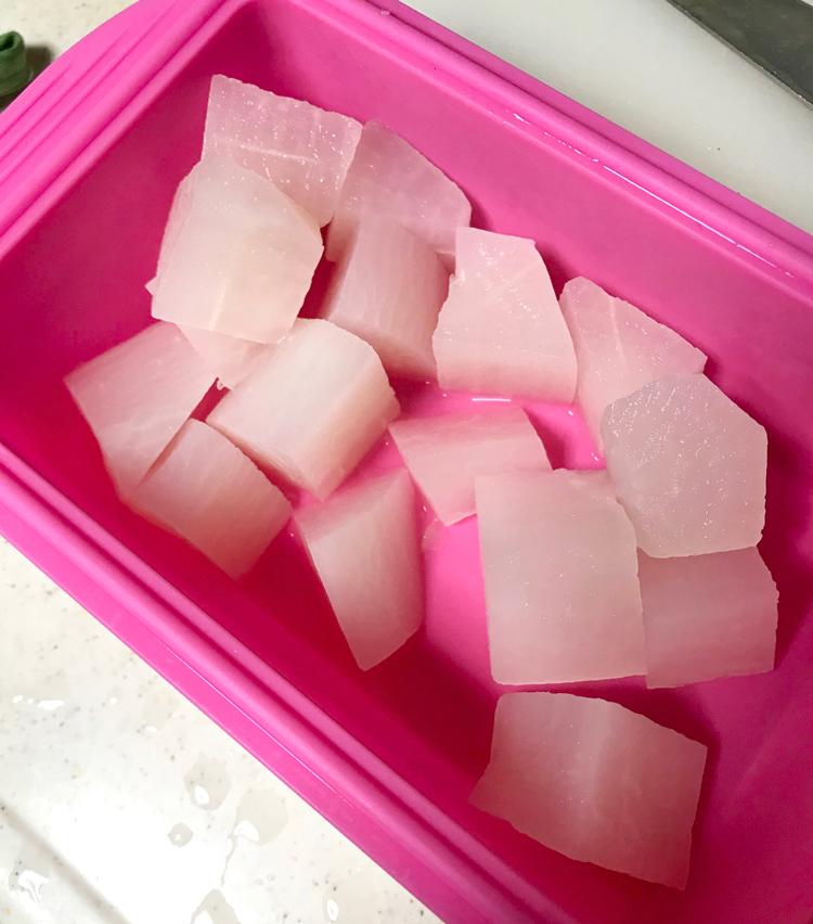 <p>8. 茹でた手羽元でもう一品!手羽元と大根の塩煮の作り方。大根は皮を剥き、ひと口大の乱切りにし、シリコンスチーマーで2分加熱する。</p>