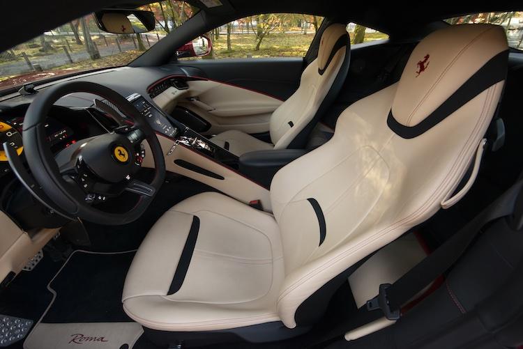 <p>左右の席を包み込むようなデザインのインテリア。</p>