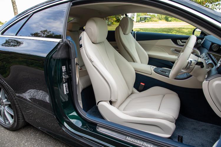 <p>レザーパッケージ装着車には本革シートに加え、パノラマルーフやプライバシーガラスなどが装着される。</p>