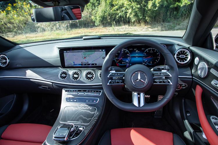 <p>500m先を感知するステレオカメラなど先進的なセンサーシステムを搭載することで、車線維持や自動再発進などが可能。Mercedes me connectは緊急通報サービスだけでなく、スマホでの解錠や駐車位置の確認などの機能も備えている。</p>