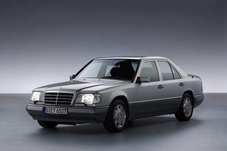 <p>W123後継となるのがW124。2.3リッターから3リッターガソリンと3リッターディーゼルのラインナップで1984年に登場。発売当時の価格は約550万円から670万円であった。</p>