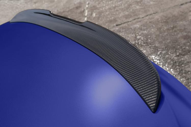 <p>ハイグロスブラック仕上げのMリアスポイラーは、オプションでカーボン製に変更することができる。</p>