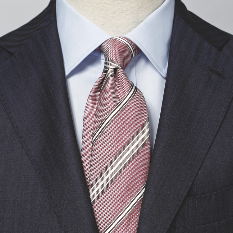<p><strong>[STYLE2]相手が親近感を抱き、面談等にオススメ</strong><br /> 「スーツ&シャツの青系の統一感がピンクを上品に引き立てます。ピンクも青系も全体にくすんだ色調で揃い、まとまりある装い。タイの縞の白がそこに抜け感を添え、すっきり感UP」</p>