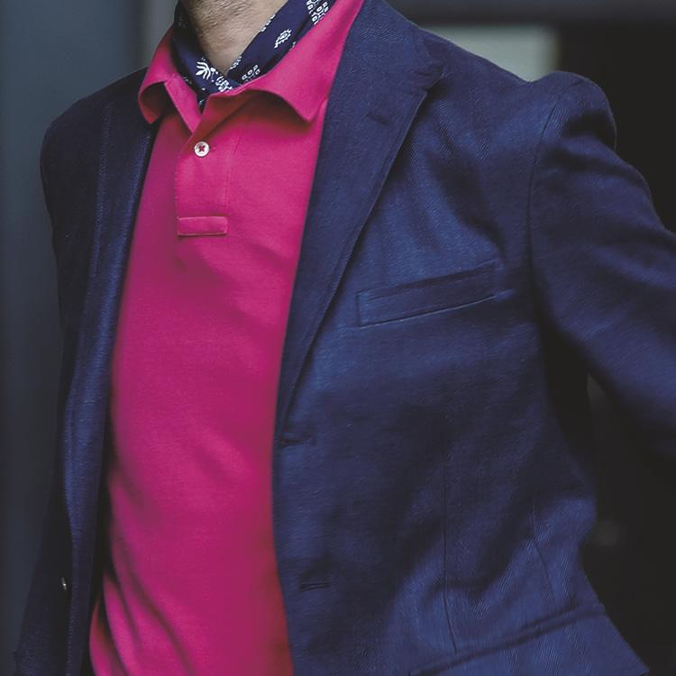<p><strong>[STYLE5]ずばり、華やぎ&楽しさの装い</strong><br /> 「フューシャピンクのような強いピンクは華やぎを表現。同様に強さのある紺をジャケットで合わせることでバランスがとれた装いに。首元のスカーフの白の柄が実は抜け感のカギに」</p>