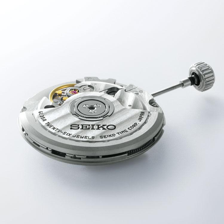 <p>ムーブメントは、セイコー現行機種でもっとも薄型の自動巻きキャリバー6L35を搭載する。</p>