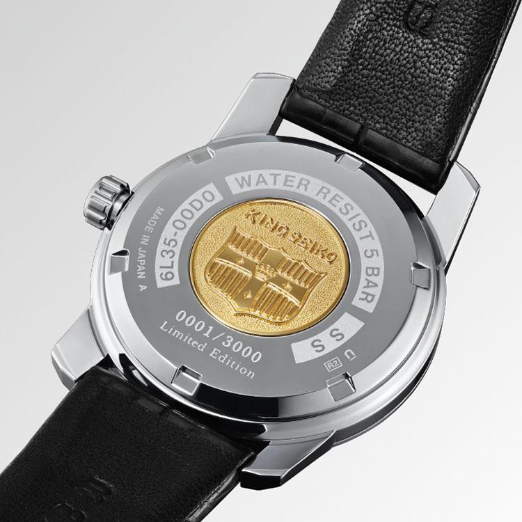 <p>キングセイコーの象徴である「盾」をあしらった裏蓋のゴールドメダリオンがオリジナルをほうふつさせる。限定の証となる「Limited Edition」とシリアルナンバーも刻印。</p>