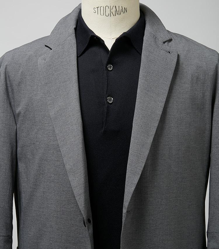 <p><strong>ライトグレーはブラックで引き締めるのが正解</strong><br /> 淡いグレージャケットに白いポロを合わせると全体的に印象がぼんやりしがち。その点ブラックならぐっと引き締まり、クールさも増す。これでパンツも黒とすればモードな雰囲気も漂う。ジャケット4万3000円/エストネーション(エストネーション) ※ポロシャツは上の画像[左]と同じ。</p>