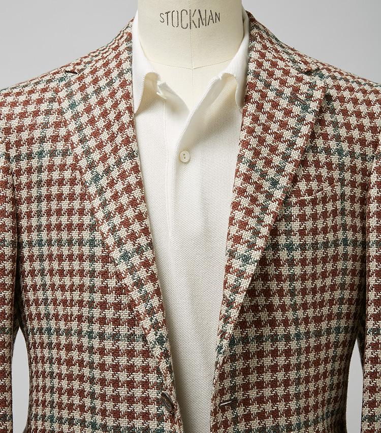 <p><strong>JKの主張を受け止めつつ、すっきりまとめあげる</strong><br /> 柄的にも素材感的にもなかなか主張のあるジャケットだが、ニットポロがしっかり受け止めている。ちなみにこちらは台襟付きのため、ボタンを開けたときの襟の開き具合もとてもきれいだ。ジャケット24万円/スティレ ラティーノ(伊勢丹新宿店) ※ポロシャツは上の画像[右]と同じ。</p>