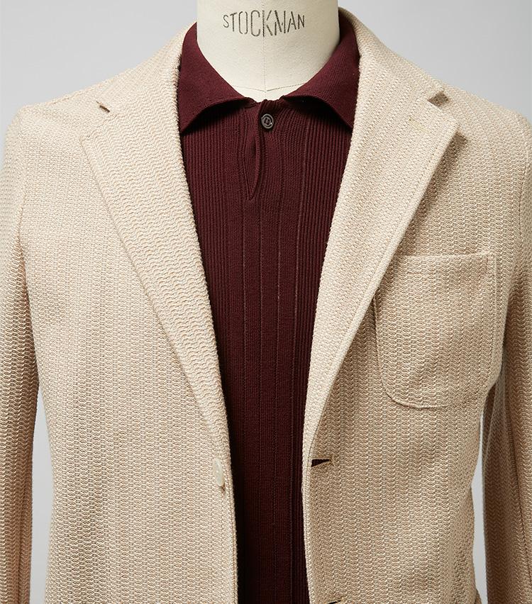 <p><strong>春の明るい日差しに映えるポロジャケスタイル</strong><br /> ベージュ×ボルドーは伊達に見せたといときの最強の色合わせ。ここではジャケットもポロも編み柄入りのため、より洒脱な雰囲気だ。明るい茶系のパンツや、色褪せデニムを合わせたい。ジャケット3万5000円/ギ ローバー(バインド ピーアール) ※ポロシャツは上の画像[左]と同じ。</p>