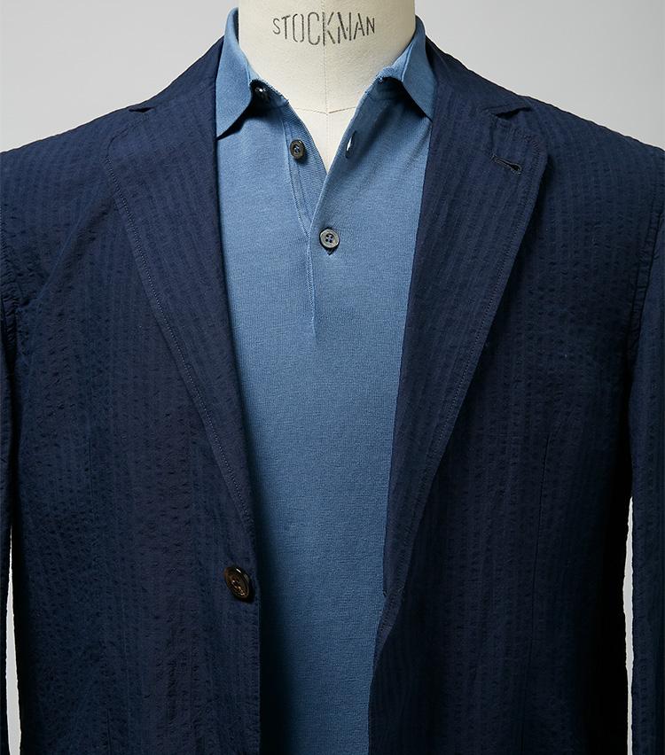<p><strong>ブルー系の重ね着で、爽やかかつエレガントに</strong><br /> ネイビージャケットに淡いブルーのポロという爽やかなコーデ。ありがちではあるが、滑らかで程よく艶のある上質なニットポロゆえ、大人の余裕とエレガンスをしっかり醸し出している。ジャケット6万5000円/ラルディーニ(ビームス 六本木ヒルズ) ※ポロシャツは上の画像[右]と同じ。</p>