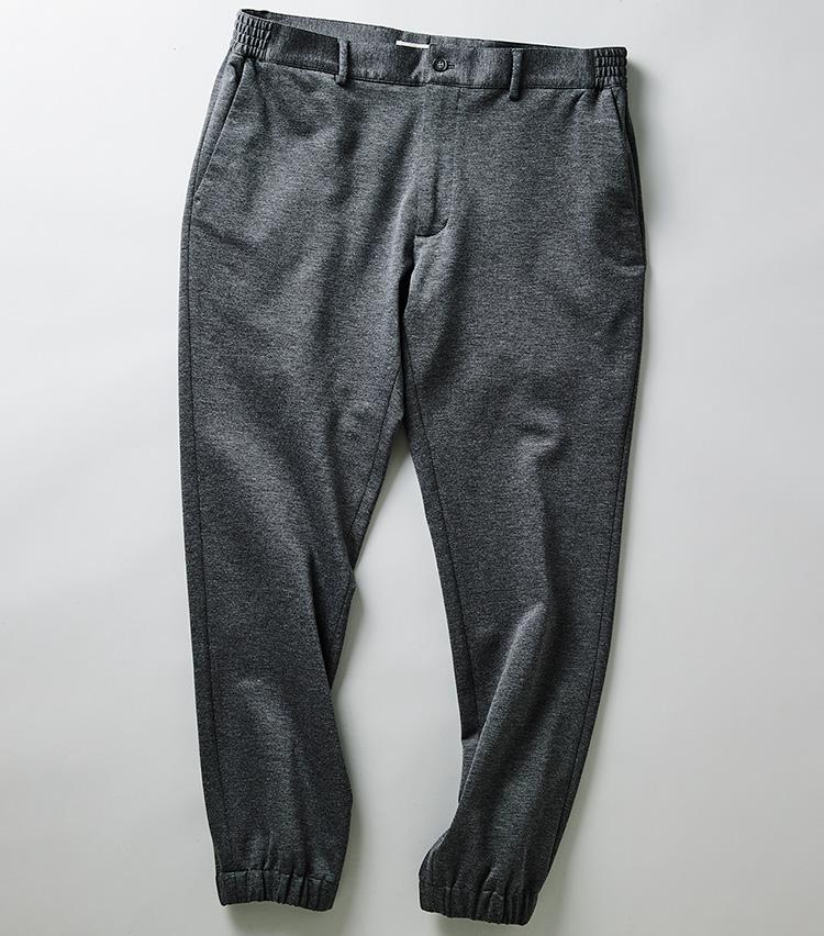 <p><strong>ジャブス アルキヴィオのジャージーパンツ</strong><br /> ブランド初となる裾リブデザインの「ジョルジョーネ」。ウエストはサイドをエラスティック仕様にして締め付けを解消している。2万7000円(エフイーエヌ)</p>