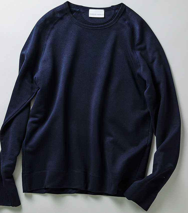 <p><strong>アンダーソン アンダーソンのスウェット</strong><br /> Tシャツより厚くスウェットより薄い、絶妙な素材感が魅力。ゆるりとしたシルエットも今どき。1万2600円(アンダーソン アンダーソン ニュウマン新宿店)</p>