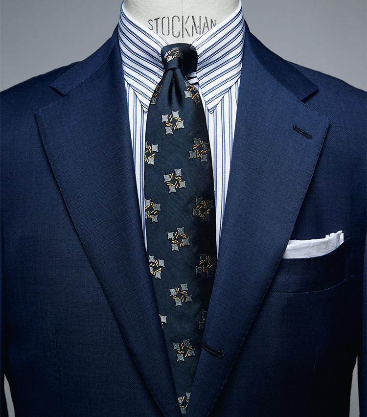<figure><figcaption>シャツ2万7000円/エリコ フォルミコラ、タイ1万6000円/フランコ バッシ、チーフ2800円/ビームスF(以上ビームス ハウス 丸の内) スーツは上画像[NAVY SUIT style]と同じ</figcaption></figure> <p></p> <p><strong>NAVY SUIT style<br />「ブルー系で統一してシックなVゾーンに」――中村さん</strong><br /> 「ダブルストライプのシャツにヴィンテージテイストのジャカードタイをコーディネート。柄自体は主張のあるものですが、色みをブルー系で統一することで落ち着いた印象にまとめています。ネクタイの柄はピッチが広いものを選んで、シャツの柄のバランスに配慮しているのもポイント。チーフは白無地をTVフォールドで挿して、控えめな胸元にしました」</p>