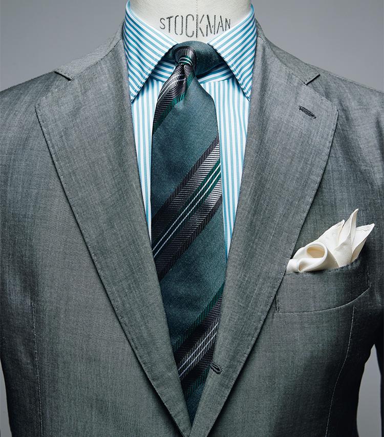 <figure><figcaption>シャツ2万6000円/ボリエッロ、タイ1万6000円/フランコ バッシ、チーフ3800円/ビームスF(以上ビームス ハウス 丸の内) スーツは上画像[GRAY SUIT style]と同じ</figcaption></figure> <p></p> <p><strong>GRAY SUIT style<br />「今季注目のカラーシャツは無地だけでなくストライプも」――中村さん</strong><br /> 「今季、久々に復活したカラーシャツを効かせてアップデートを。こちらはグリーン系の色ですが、無地ではなくストライプを選んだのがポイント。白場がある分、無地のグリーンより合わせやすくなります。ネクタイも同じくグリーン系で統一しつつ、チーフは白でなく生成りを合わせて柔らかい雰囲気に。色を差すときは複雑なVゾーンにならないようご注意を」</p>