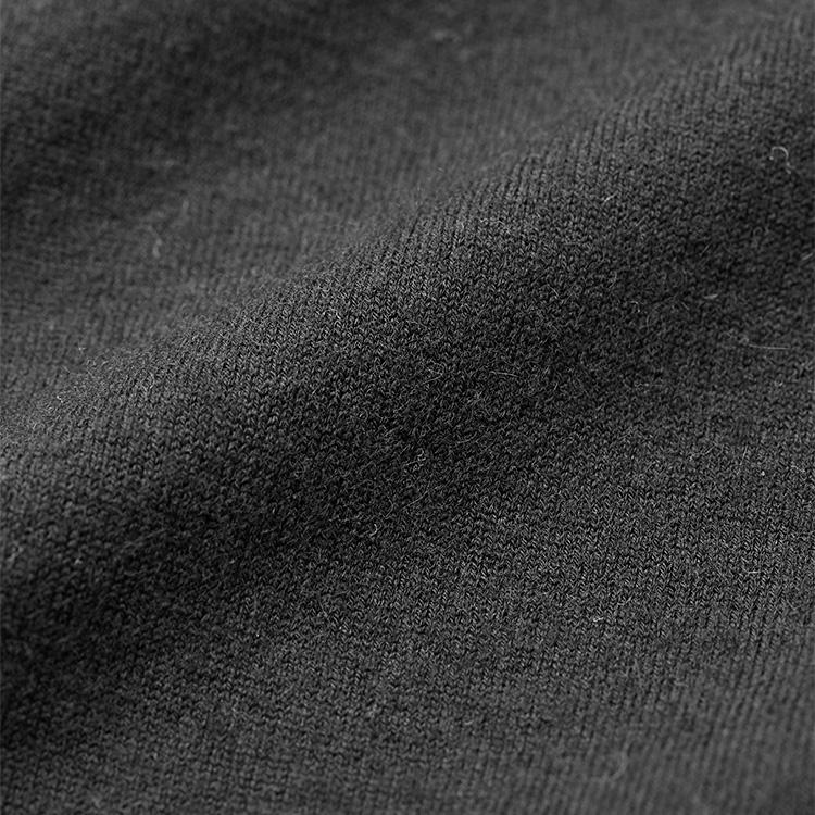 """<p><strong>極上素材カシミアを日常でもっと使いやすく!</strong><br /> クルーネックニットのようなベーシックなアイテムこそ、素材の良し悪しが歴然。その点今回本誌が別注した「キャシー」は""""素肌に着るカシミア""""をコンセプトとするだけに問題ない。ご覧の通り見るからに上質なカシミア素材を使用。フワッととろけるような肌触りと滑るようなタッチは一度着用すればクセになること間違いない。しかもストレッチ素材をわずかにブレンドすることで、肉厚感と伸縮性が高まっており、デイリーな着用に適した耐久性を獲得している。</p>"""
