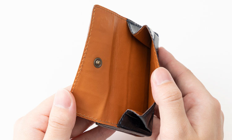 <p>《フェリージ/コイン室》<br /> コイン室はアクセス容易な外付け仕様。コイン室の裏側にもポケットがあり、駐車券やチケットなどの収納に重宝する。</p>