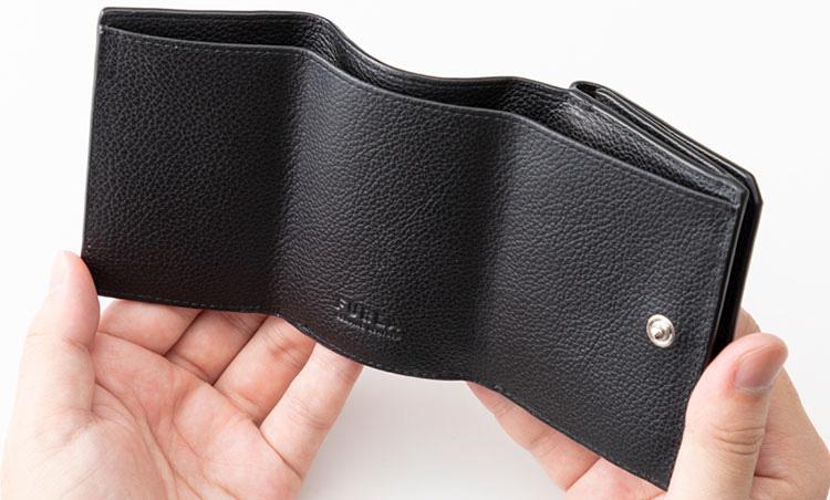 <p>《フルラ/開いたところ》<br /> 札室内にはカードポケットも装備。</p>