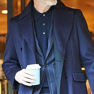 ノータイでのスーツスタイル、インナーには何を着る?【1分で出来る胸元お洒落】