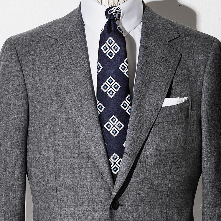 <p><strong>6位<br /> グレースーツに相性の良いネクタイの色は?【1分で出来る胸元お洒落】<br /> </strong></p> <p>誰しも一着は持っているグレースーツ。だがそれに好相性のネクタイの色をきちんと知っているだろうか。それが写真のようなダークネイビーのタイだ。グレーの柔らかくともすればぼやけがちな色を、ダークカラーの色味はピシッと引き締めてくれる。そしてネイビーによる若々しくスマートな印象も加わり、おじさん臭くなるのも防いでくれるのだ。<small>(MEN'S EX 2021年4月合併号 DIGITAL Edition掲載)</small></p>