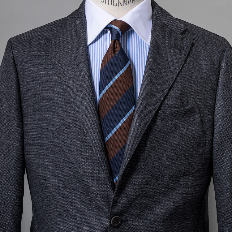 <p><strong>10位<br /> 普段のスーツの着こなしが、グッと新鮮になるシャツ選びとは?【1分で出来る胸元お洒落】<br /> </strong></p> <p>グレーのスーツにストライプタイというビジネスの王道といえる着こなし。そこに、少し新鮮さを感じさせるアクセントを加えるとするならば、シャツをひと工夫してみよう。写真は襟部分のみ白い生地に切り替わった、クレリックシャツを取り入れている。装いにドレッシーさが増し、Vゾーンにもメリハリが生まれることでより洒脱で新鮮な印象の着こなしに仕上げることができるのだ。<br /> <small>(MEN'S EX 2021年2・3月合併号 DIGITAL Edition掲載)</small></p>