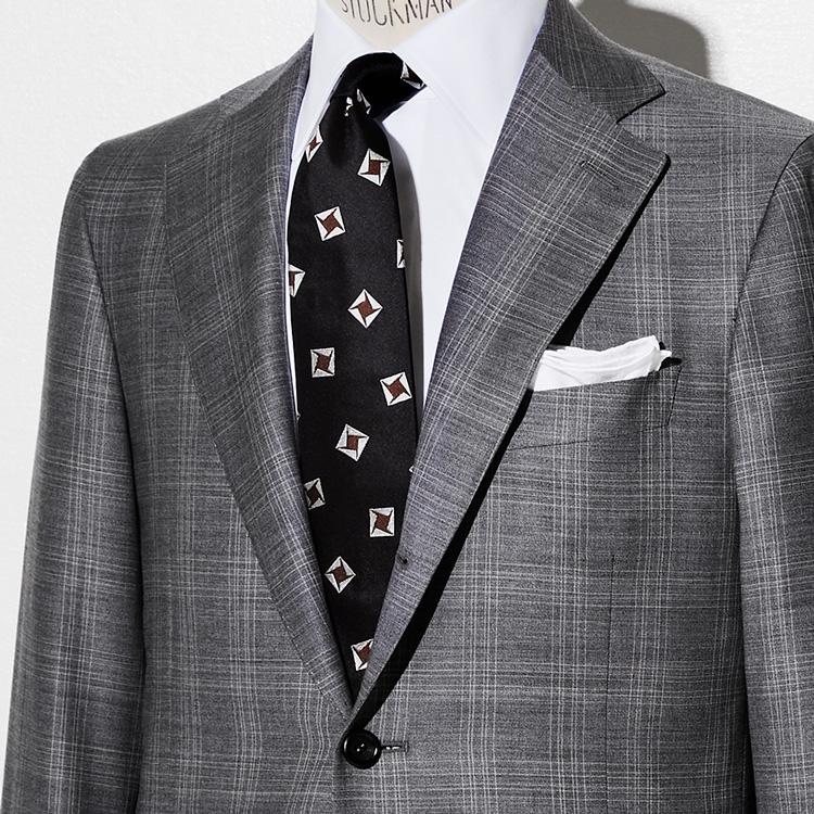 <p><strong>9位<br /> おじさんに見せないグレースーツの着方は?【1分で出来る胸元お洒落】<br /> </strong></p> <p> ビジネススーツの定番であるがゆえに着方によっては地味でおじさん風になるおそれもあるグレースーツ。冴えない着こなしにしないコツは、黒色のネクタイを合わせることだ。写真の着こなしを見て欲しい。グレーカラーによるぼやけがちな印象を、白シャツに黒タイとコントラストのVゾーンにすることで装いにメリハリを持たせている。モダンで引き締まった着こなしが完成するのだ。<br /> <small>(MEN'S EX 2021年4月合併号 DIGITAL Edition掲載)</small></p>