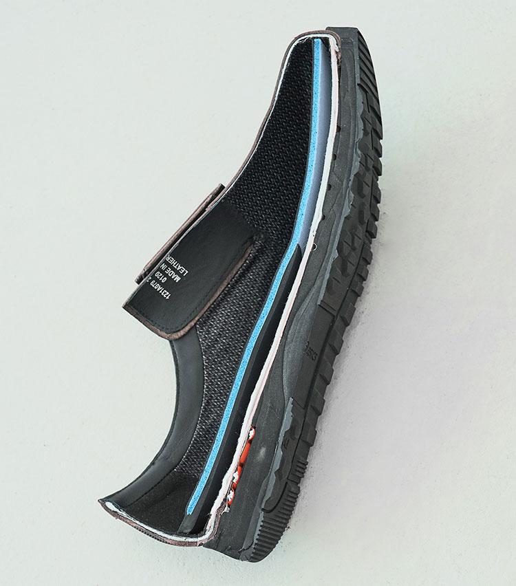 <p>インナーソールとミッドソールにクッション材を使用する一方、アウターソールの踵部分には高硬度のラバーを採用し、すり減りへの耐性を高めている。踵に仕込まれた赤いパーツはアシックスのランニングシューズにも使われる衝撃緩衝材「GEL」。その気になればダッシュも可能だ。</p>