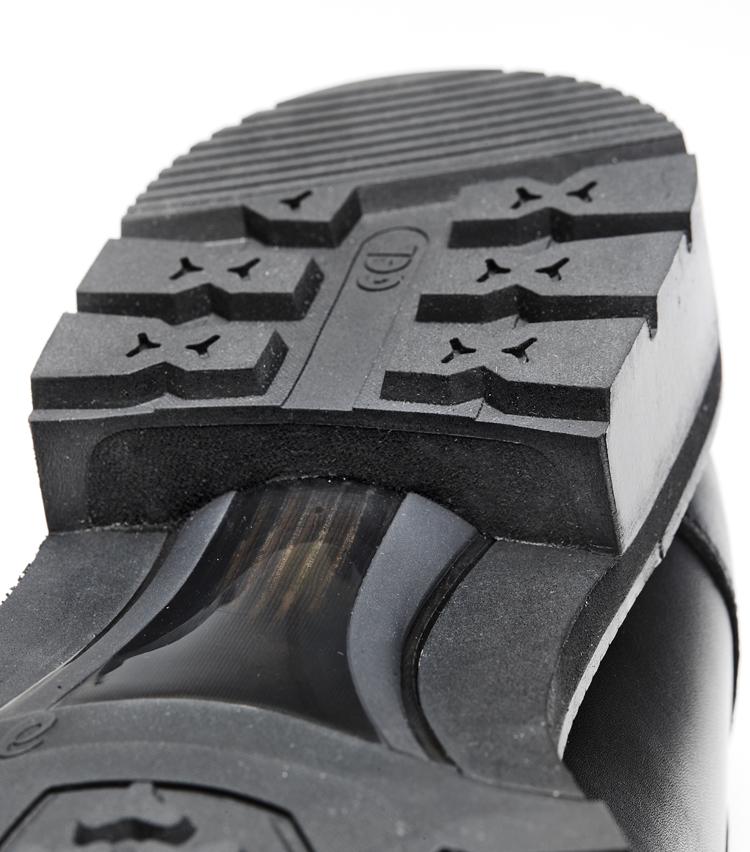 <p>ヒール部分は、クッション性を得るためにスポンジ材を内蔵し、それをカップ状に成型したラバーで覆った構造に。このように内側と外側で素材を変える構造にしたことで、より快適な履き心地を実現する。ミッドソールにはクッション性と反発性を併せ持つ独自素材SPEVAを使用し、踵部には衝撃緩衝材GELも搭載。アシックスのスポーツシューズ作りのノウハウがしっかり活かされている。</p>