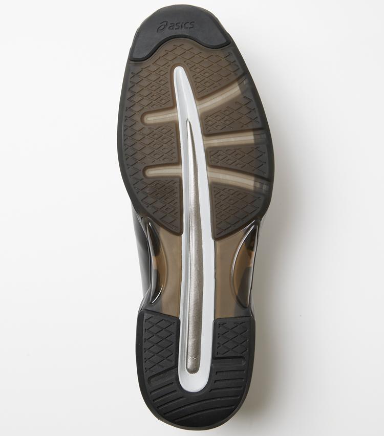 <p>ソール周りの踵部と前足部に衝撃緩衝材のGELを搭載するほか、ミッドソールには同じくランニングシューズに使われるアンプリフォームを採用。弾むような軽い履き心地を実現している。</p>