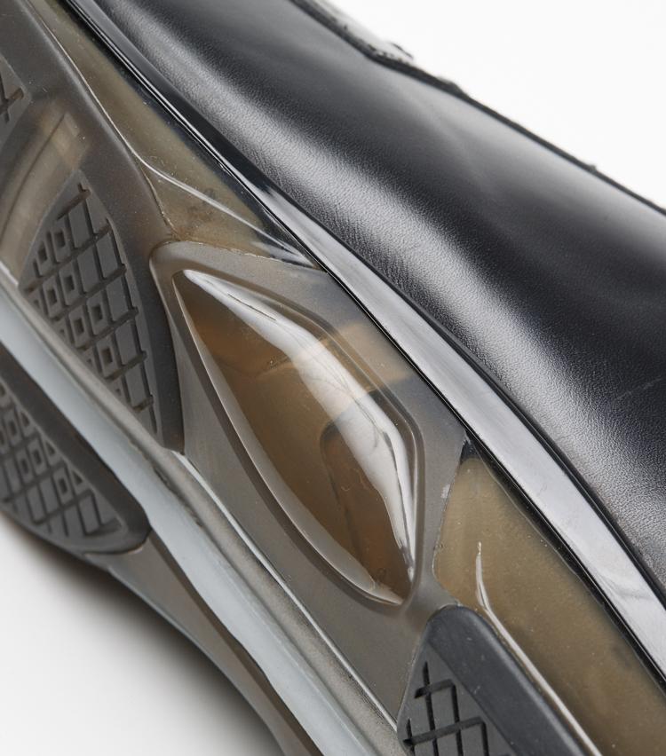 <p>ソールの中足部を補強するトラスティック構造により、ねじれが生じやすい中足部の剛性をアップし、より安定した歩行をサポート。</p>