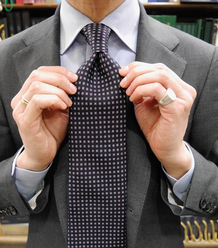 <p><strong>12. 完成!</strong><br /> 横から見たらノットが少し持ち上がるぐらい、しっかり喉元で結ぶこともポイント。大剣がベルトの真ん中から少し下にくるぐらいであることを確認して完成。</p>