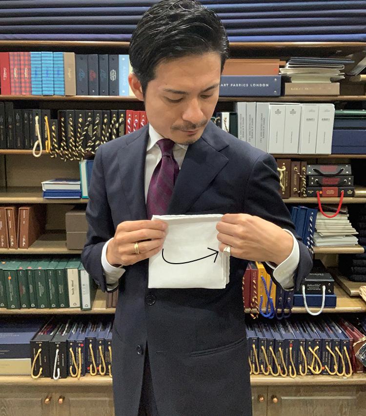 <p>4.胸ポケットの幅に合わせてチーフを折る。</p>
