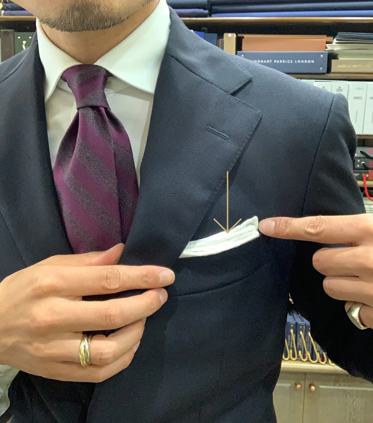 <p>7.胸ポケットの傾斜に合わせて少し斜めに調整</p>
