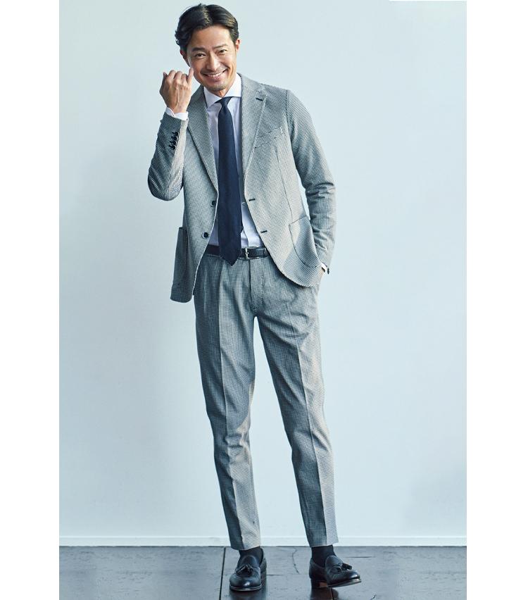 <p><strong>【Dress Set Up】<br /> 「色使いを控えたスタイルでシックに」</strong><br /> セットアップの柄が効いているため、Vゾーンはシンプルなコーディネートで十分。むしろストイックな男の色気も漂う。</p>