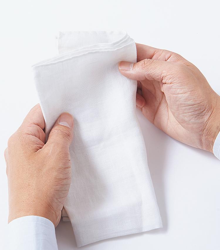 <p>02.真ん中で折らずに、やや左にずらし袋側を飛び出させるように畳む。</p>