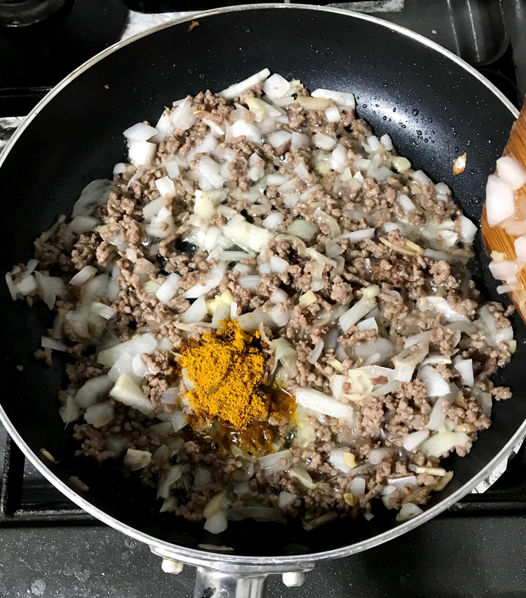 <p>6. 玉ねぎがしんなりしてきたら、カレー粉小さじ1を入れる。<br /> 全体がよく混ぜる。</p>