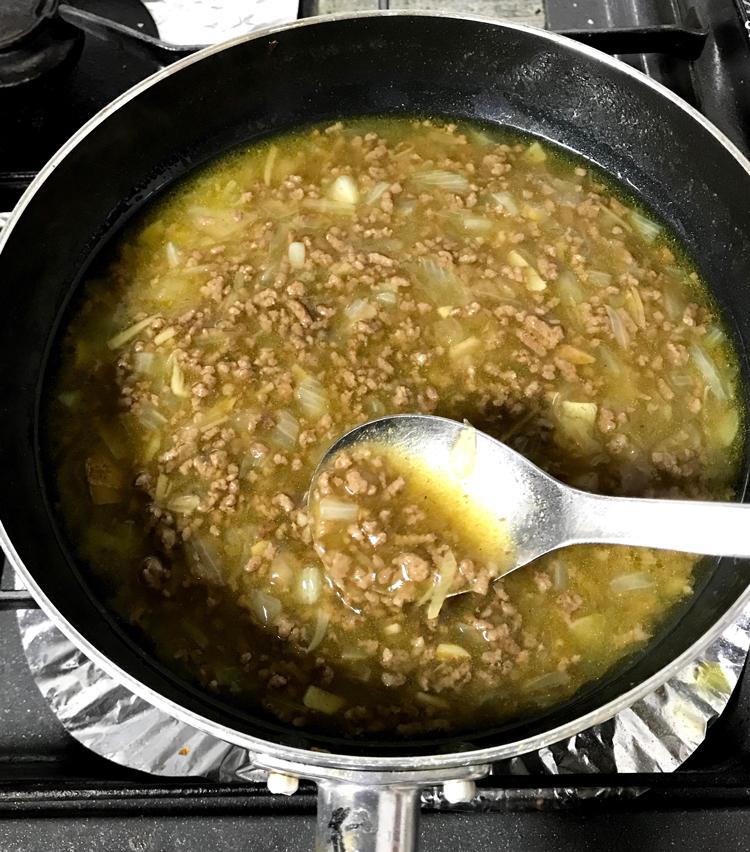 <p>8. 酒大さじ1、みりん大さじ1、醤油大さじ1、胡椒少々で味付けをし、水溶き片栗粉でとろみを付ける。</p>