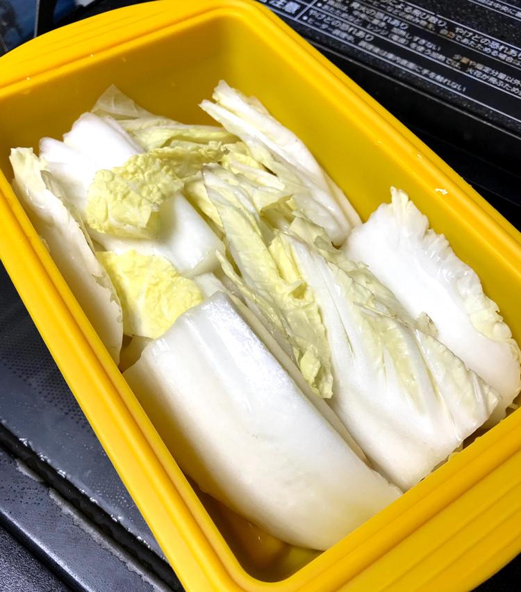 <p>1. 白菜はザク切りにし、シリコンスチーマーで柔らかくなるまで3〜4分加熱する。</p>