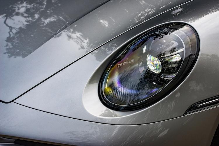 <p>PDLS Plus付きLEDヘッドライトを標準装備。0.1秒単位で車外を認識し、正確に先を照らしてくれる。</p>