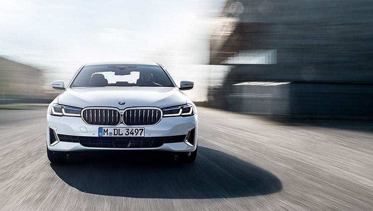 """世界で最も成功しているビジネスセダン「BMW5シリーズ」で試す""""自動運転""""の実力"""