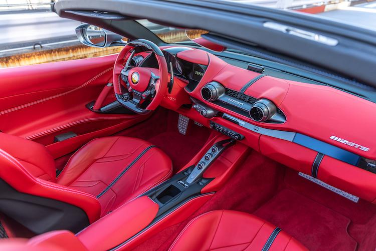 <p>フェラーリの他のモデル同様、ドライバーの視線を正面へ集中させるようにデザインされたインテリア。オプションで助手席用のインフォメントシステムを装備することも可能だ。</p>
